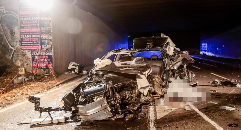 Pkw kracht gegen Brücke – Zwei Tote und zwei Schwerverletzte
