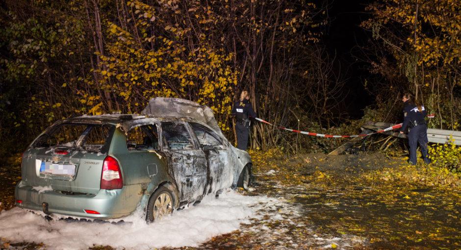 Auto rast auf Maaraue durch Leitplanke und brennt aus – vier junge Menschen verletzt
