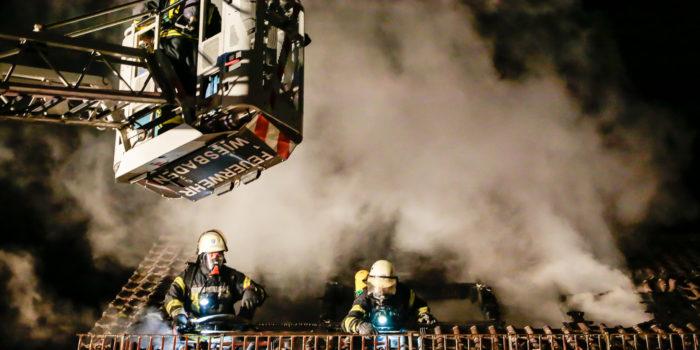 Dachstuhlbrand in Reihenhaus – Sechs Bewohner gerettet