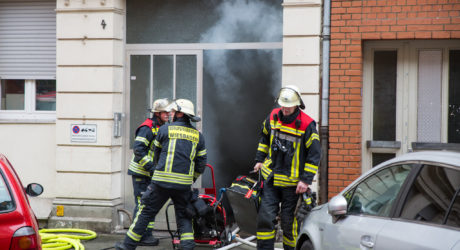 Großeinsatz bei Kellerbrand in Wiesbadener Mehrfamilienhaus