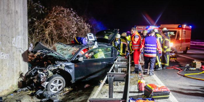 Vier teils schwer Verletzte – Nach Verkehrsunfall gegen Betonwand gekracht