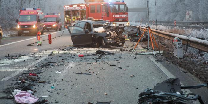 Geisterfahrer kollidiert mit Familienvan – Zwei Menschen sterben auf der A61