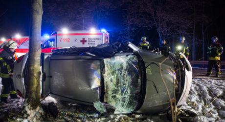 Fünf teils schwer Verletzte auf B417 – voll besetztes Auto überschlägt sich im Graben