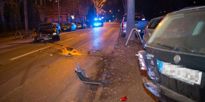 Betrunken in parkende Autos gekracht – Unfall auf der Kasteler Straße