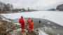 Feuerwehr und DLRG üben Eisrettung auf Kurparkweiher und im Schiersteiner Hafen