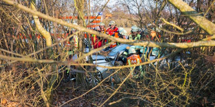 Ehepaar rast an der A671 in Waldstück – Aufwändige Rettung durch Bäume und moderne Fahrzeugtechnik