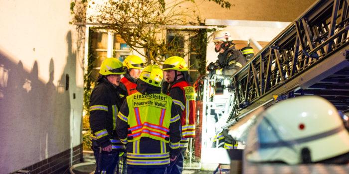 Gebäudebrand in Niederwalluf – Anwohner bei Löschversuchen verletzt