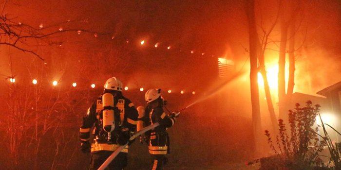 Parkhaus steht in der Silvesternacht in Kelkheim in Flammen