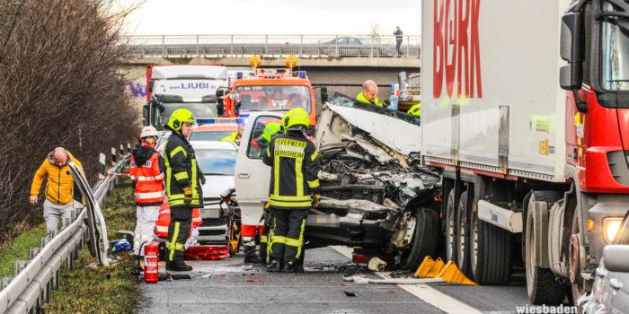 Stundenlange Vollsperrung der A67 nach schwerem Verkehrsunfall