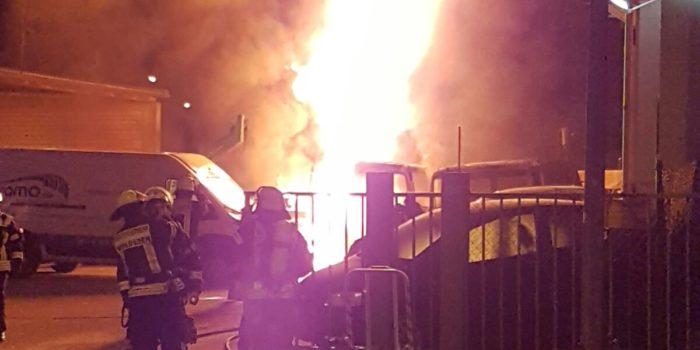 Mehrere Lkw brennen auf Werkstattgelände in Biebrich