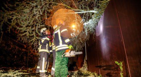 Tief Egon bringt Sturm, Schnee und Arbeit für die Feuerwehren