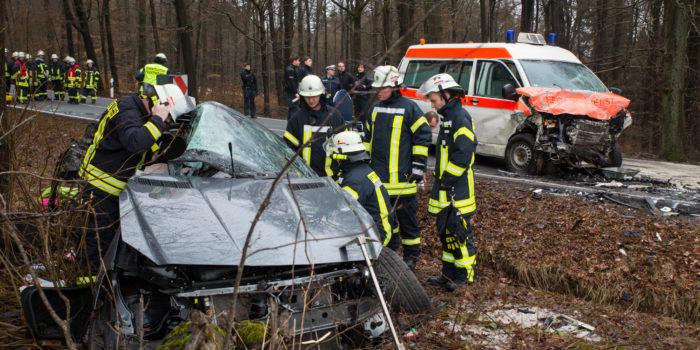Mercedes fährt in BMW und Krankentransporter – Eine Tote und sechs Verletzte bei Schlangenbad