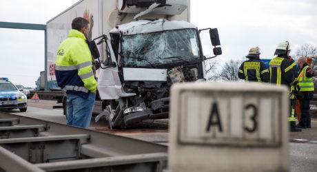 Auto überschlägt sich auf der A3 – Zwei Folgeunfälle durch Stau
