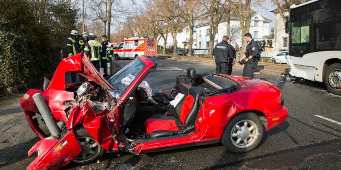 Von der Sonne geblendet: Autofahrerin kracht frontal in Bus und wird schwer eingeklemmt