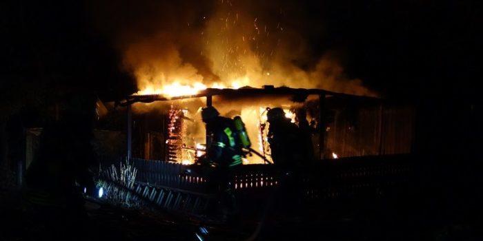 Gartenhütte am Gibber Kerbeplatz in Flammen