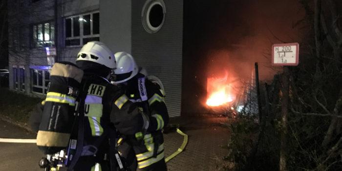 Feuer in Lagerraum beschäftigt Feuerwehren in Wallau