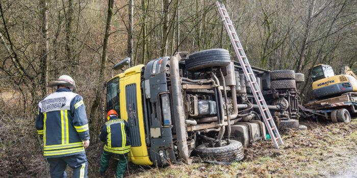 Lkw kippt nach Zusammenstoß um – Zwei Verletzte auf der B260