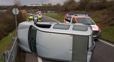 Auto landet in Autobahnausfahrt auf der Seite – Fahrer verletzt