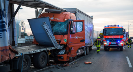 Fünf Lkw krachen auf der A3 bei Frankfurt ineinander – Feuerwehr befreit eingeklemmten Fahrer
