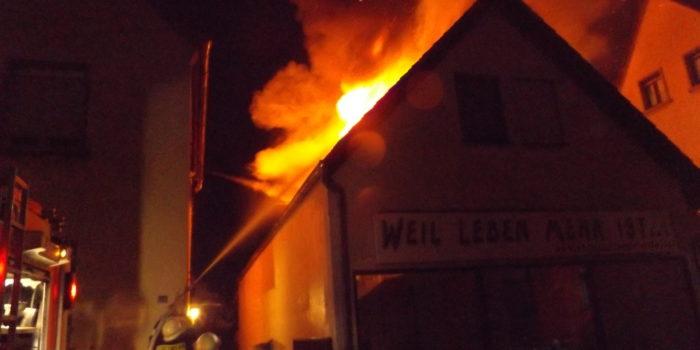 Dachstuhlbrand in Rüsselsheim – Feuer droht überzugreifen