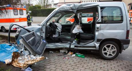 Bus kracht in Pkw – Autofahrer eingeklemmt und schwer verletzt