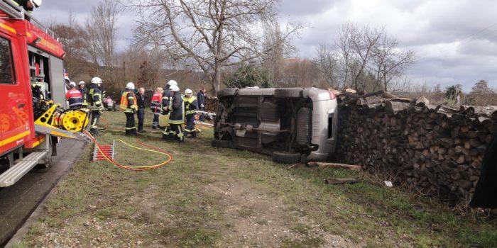 Pkw kippt bei Unfall gegen Brennholzstapel