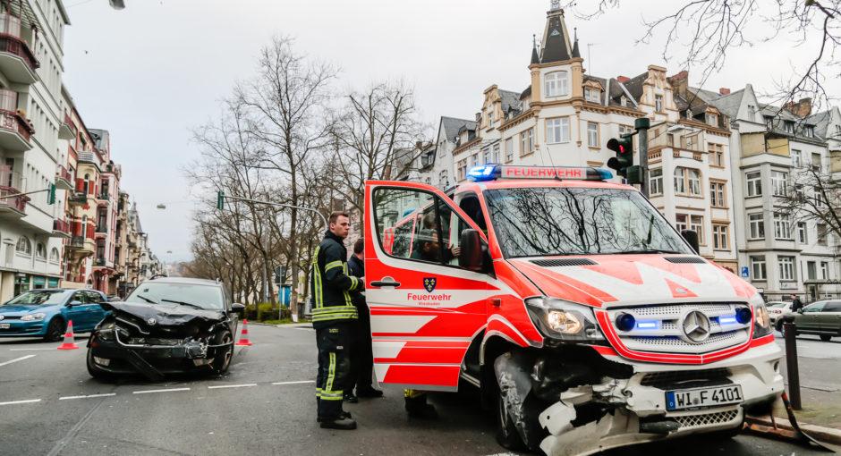 Ein Verletzter bei Unfall mit Einsatzleitwagen auf Einsatzfahrt