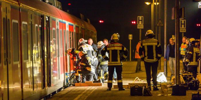 Beim Überqueren der Gleise: Frau wird von S-Bahn erfasst