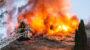 Dachstuhl eines Reihenhauses in Flammen