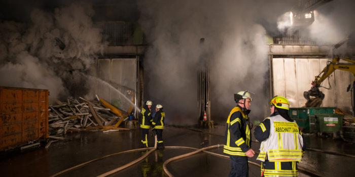 Lagerhalle von Müllentsorger in Heidenrod in Flammen