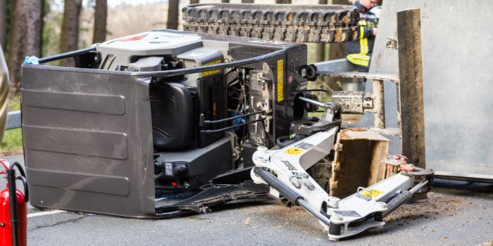 Mini-Bagger kippt von Anhänger – Baggerfahrer verletzt