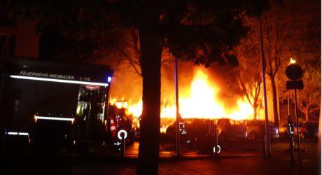 Acht Mülltonnen in Flammen – Wohnung und sechs Pkw beschädigt