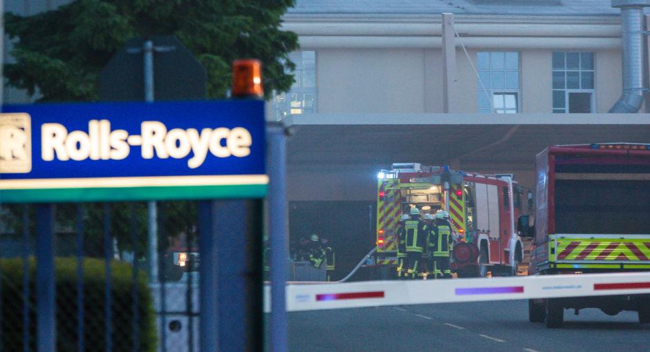 Feuer im Dach einer Produktionshalle – Großeinsatz bei Rolls-Royce in Oberursel