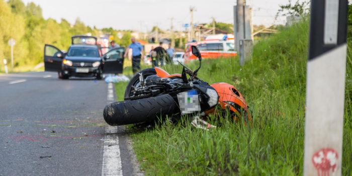 Wendenden Pkw übersehen: Motorradfahrer stirbt nach Zusammenstoß