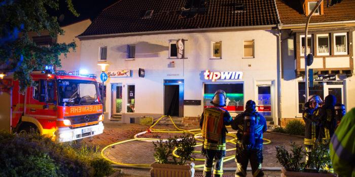 Dachstuhl von Asylbewerberheim in Raunheim in Flammen
