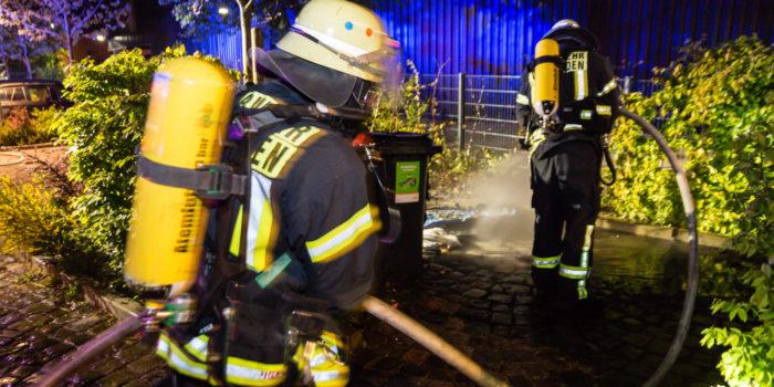 Papiermülltonne brennt in Kostheim – Polizei fahndet nach vier Personen