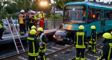 Pkw von U-Bahn erfasst – Fahrerin tödlich verletzt