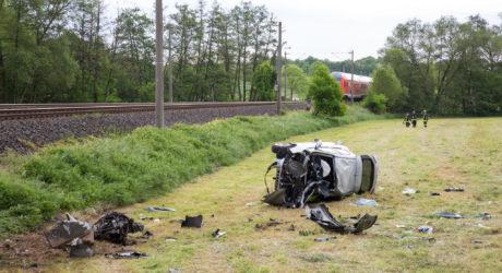 Zug erfasst Auto an unbeschrankten Bahnübergang – Fahrer bei Brechen schwer verletzt