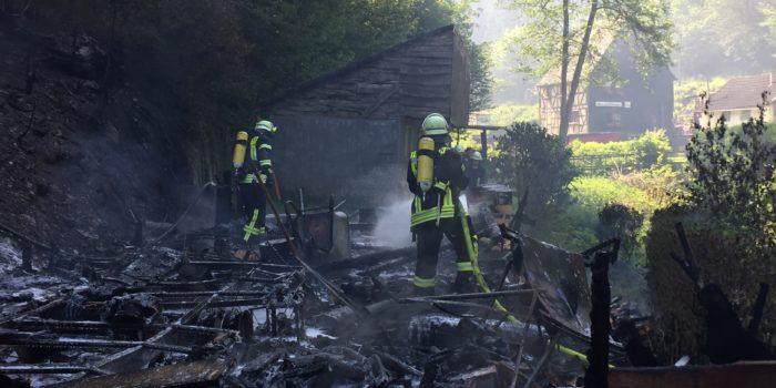 Feuer auf Campingplatz – Wohnwagen und Böschung in Flammen