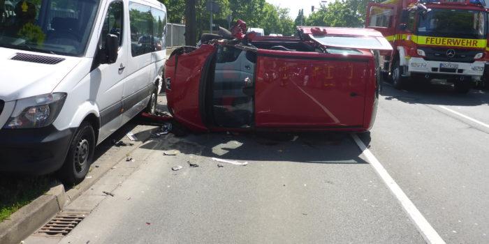 Auto landet nach Verkehrsunfall auf der Seite