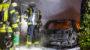 Pkw geht in Garage in Flammen auf – Feuerwehr kann Übergreifen auf Wohnhaus verhindern