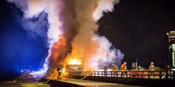 Lkw brennt nach Unfall völlig aus – A3 voll gesperrt