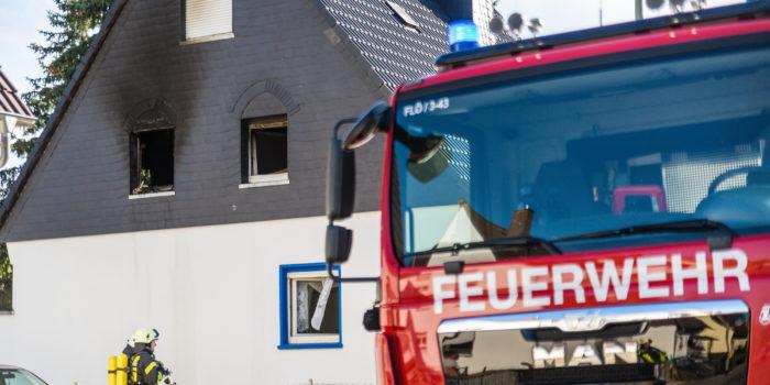 Wohnungsbrand droht auf Dachstuhl überzugreifen