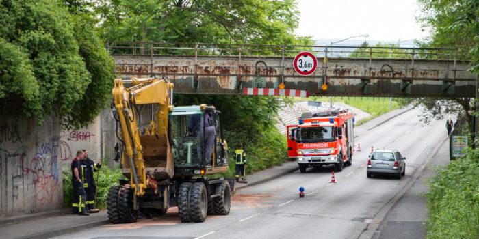 Wieder die Flachstraße: Bagger bleibt an Brücke hängen