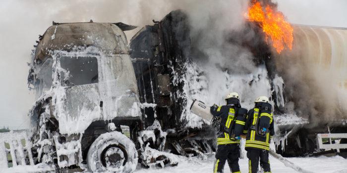 Wieder fährt ein Lkw auf der A3 bei Raunheim in eine Baustelle und geht in Flammen auf