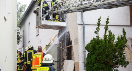Aufwändige Löscharbeiten: Fassade und Gebälk in Bad Soden in Brand