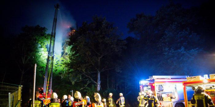 Feuer auf dem Atzelberg – 30 Meter hoher Aussichtsturm in Flammen