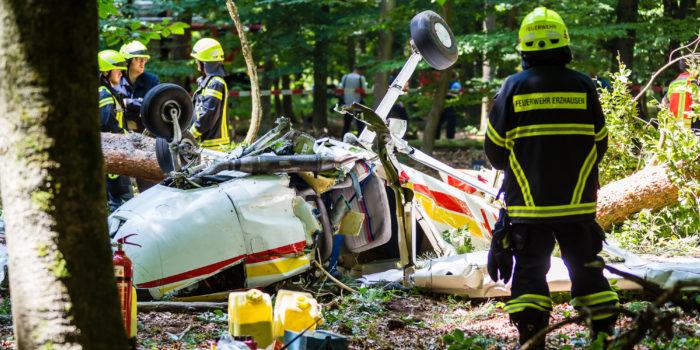 Kleinflugzeug stürzt kurz nach dem Start in Waldgebiet