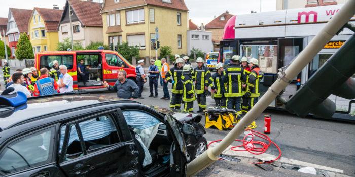Acht Verletzte bei Zusammenstoß zwischen Straßenbahn und zwei Pkw