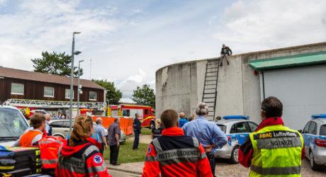 SEK-Einsatz in Ingelheim: Insassen klettern auf Dach der Abschiebehaftanstalt
